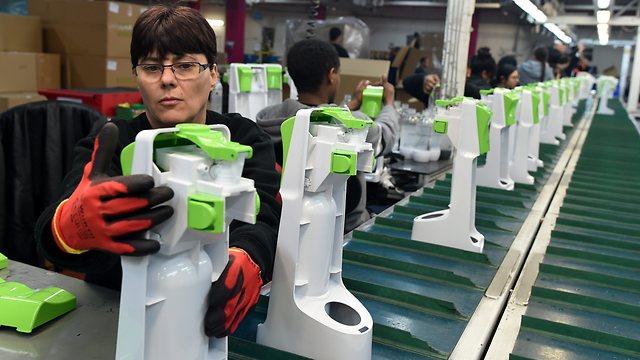 The SodaStream assembly line (Photo: Haim Horenstein)
