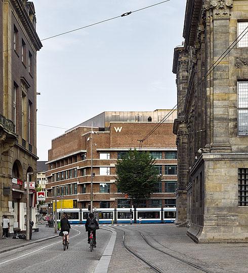חזית בניין הדואר עם קומת הגג החדשה, במבט מהרחוב (צילום: stefan Muller)