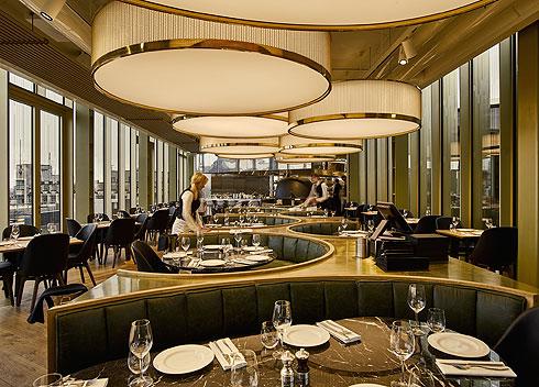 במרכז המסעדה ספסלים מעוגלים ומרופדים (צילום: Lutz Vorderwuelbecke באדיבות: W interiors-courtesy of W Amsterdam)