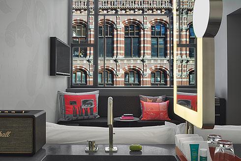 גם בחדרים נופה של העיר הוא חלק מהעניין (צילום: Lutz Vorderwuelbecke באדיבות: W interiors-courtesy of W Amsterdam)