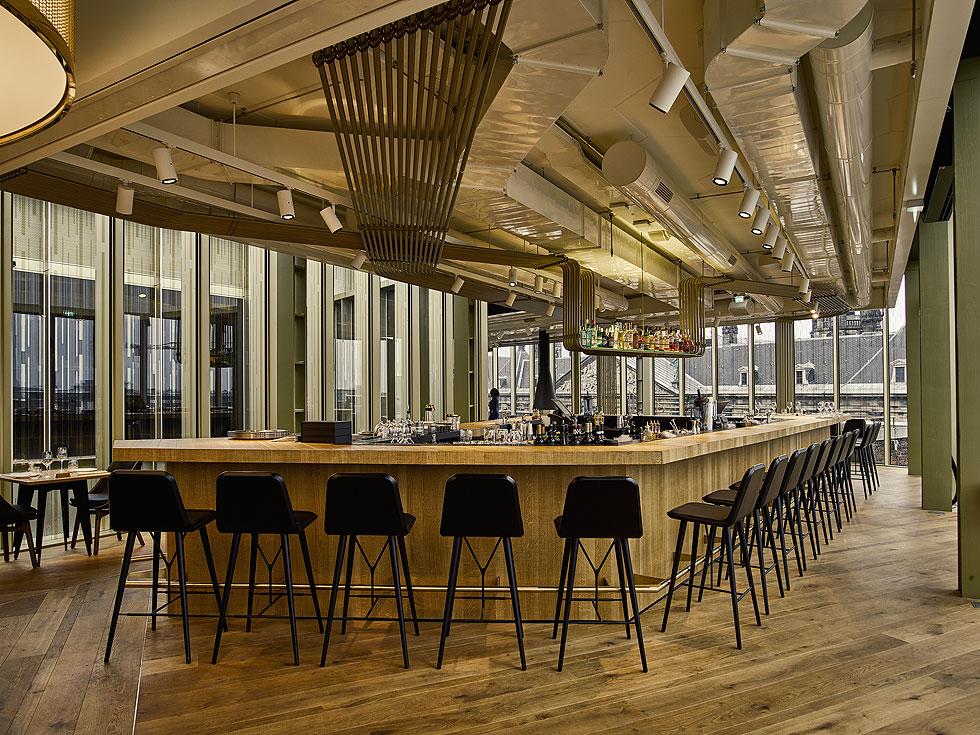 """הבר במסעדת """"מר פורטר"""". צינורות הפליז הם מוטיב מרכזי בעיצוב. """"אמסטרדם היא לא עיר של גגות"""", אומרת קרוננברג. """"חווים אותה מכיוון הרחובות והתעלות. אנחנו עשינו כאן דבר ייחודי"""" (צילום: Lutz Vorderwuelbecke באדיבות: W interiors-courtesy of W Amsterdam)"""