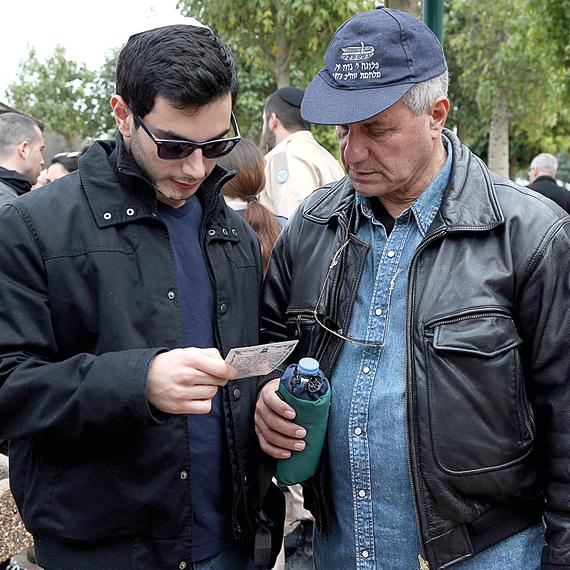 דן קוך ואביו, עופר קוך, בהלוויה