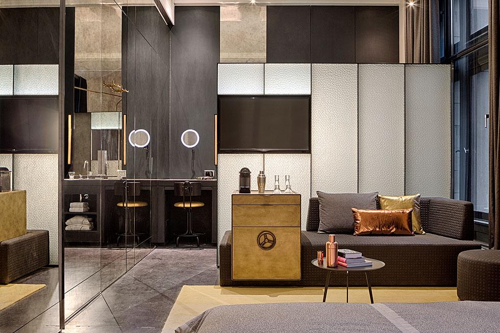 חדר בבניין הבנק לשעבר, עם בר שעוצב בהשראת כספת. ברים בחדרים אחרים חופו בחזית אוריגמי ממתכת, בעיצוב אילן גריבי. עם השלמת המלון אמורים להיות בו 238 חדרים וסוויטות. כרגע פתוחים 172 מהם (צילום: Lutz Vorderwuelbecke באדיבות: W interiors-courtesy of W Amsterdam)