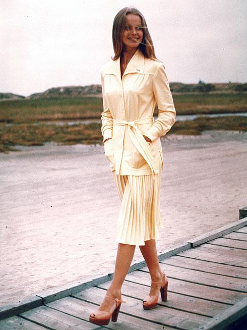 החצאית יוצאת מהמגרש בשנות ה-70, עם ז'קט תואם בעיטור הקרוקודיל על הצווארון וסנדלי פלטפורמה