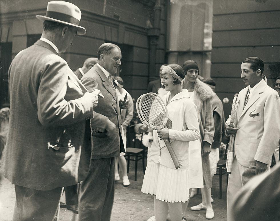 בצרפת כמו בצרפת, מאחורי כל בגד יש סיפור ומאחורי כל ריח מיתולוגיה שלמה. רנה לקוסט (מימין) בטורניר טניס בשנת 1928