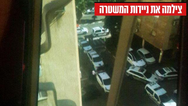 תמונה נוספת ששלחה החשודה לחברות: ניידות משטרה מתחת לבית