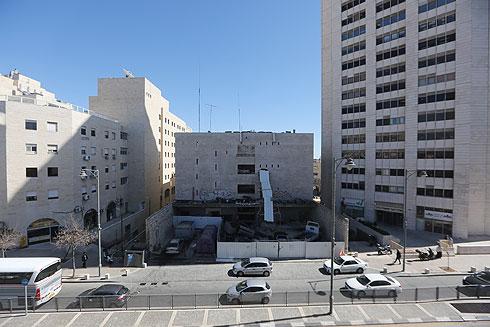 החזית האחורית המוזנחת, הפונה אל רחוב מרדכי עליאש (צילום: גיל יוחנן)