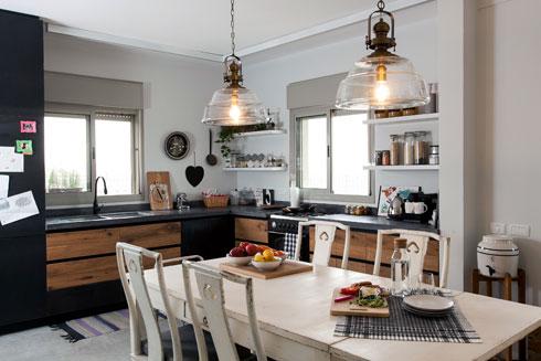 הפרקט טיפס על ארונות המטבח, לחימום האווירה (צילום: שירן כרמל)