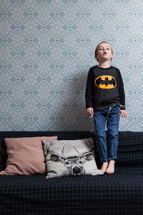 הטפט עוצב במיוחד לחדר המשפחה (צילום: שירן כרמל)