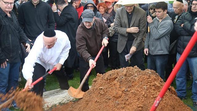 דרכו האחרונה. על הקבר של יוסי גרבר (צילום: מוטי קמחי) (צילום: מוטי קמחי)