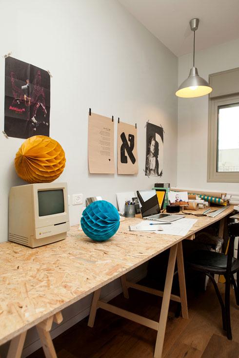 """חדר העבודה: """"א"""" זה אהבה, ומשמאלה הדפס עם מילות השיר """"אהבה אחת קטנה"""", ששרה אילנית (צילום: שירן כרמל)"""
