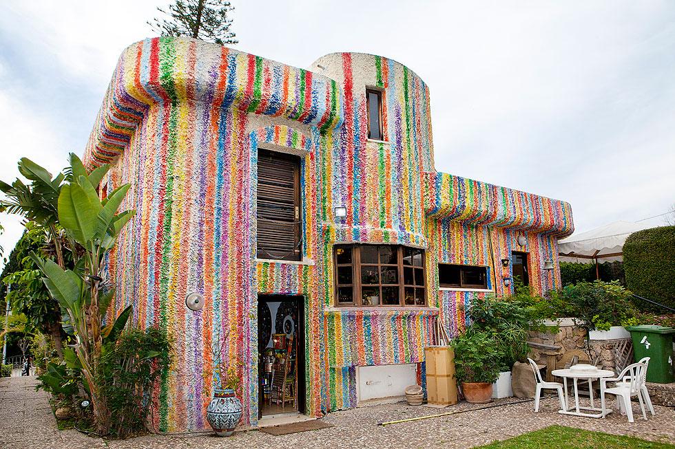 יצירת אמנות ציבורית. ביתם של דליה ומולה עשת בשכונת אפקה בתל אביב (צילום: ענבל מרמרי)