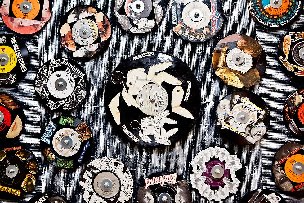 עבודות של דליה עשת מקשטות את קירות הבית (צילום: ענבל מרמרי)