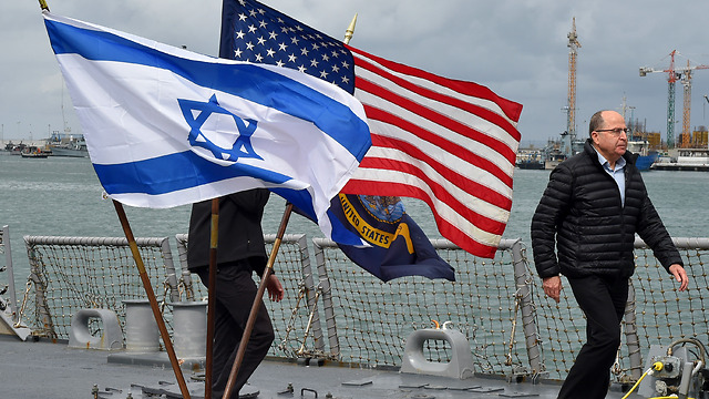 Ya'alon aboard the USS Carney (Photo: Defense Ministry)