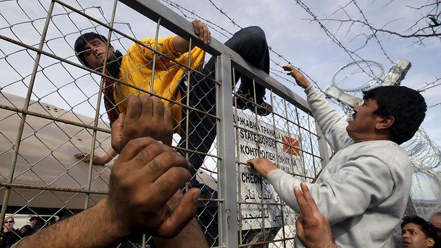 מדינות שפתחו את גבולותיהן מבקשות לבחון מחדש את המצב לאור כמות המהגרים ומבקשי המקלט העצומה שמגיעה אליהן. גבול מקדוניה-יוון (צילום: רויטרס)
