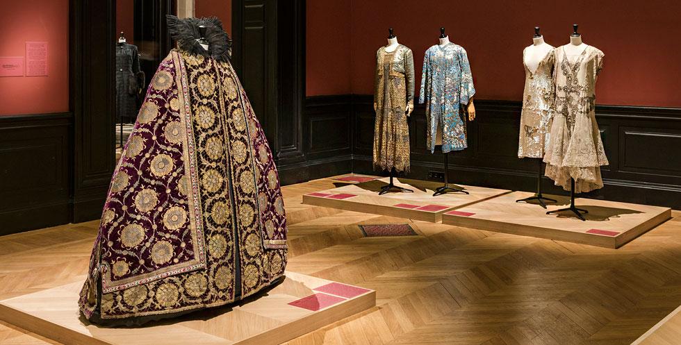 מלבושים מרהיבים ביופיים שעוצבו על ידי מעצבי האופנה המובילים של התקופה (צילום: Pierre Antoine)
