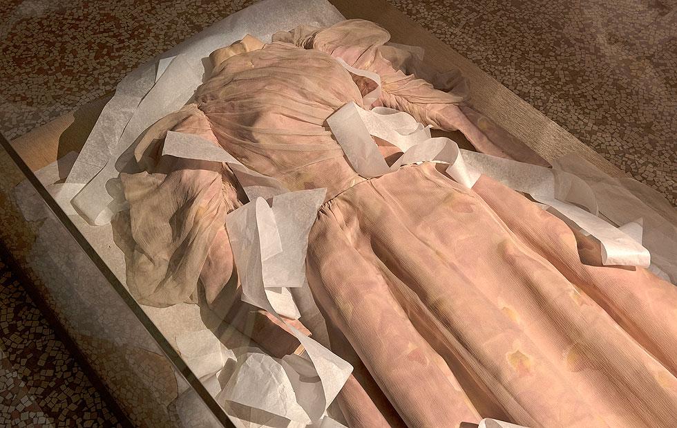 שמלה שהיתה שייכת לרוזנת גרפול, מתוך התערוכה שמוצגת במוזיאון האופנה גליירה בפריז  (צילום: Pierre Antoine)