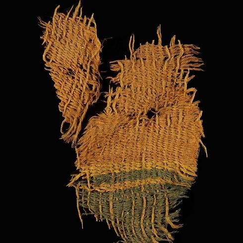 אריג צמר צבוע מאיכות גבוהה שנחשף בתמנע  (צילום: קלרה עמית, רשות העתיקות)
