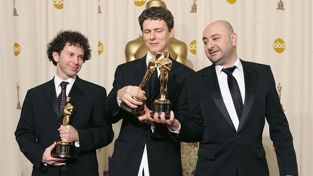 קאופמן (משמאל) עם מישל גונדרי ופייר ביסמוט והפסלונים (צילום: GettyImages) (צילום: GettyImages)