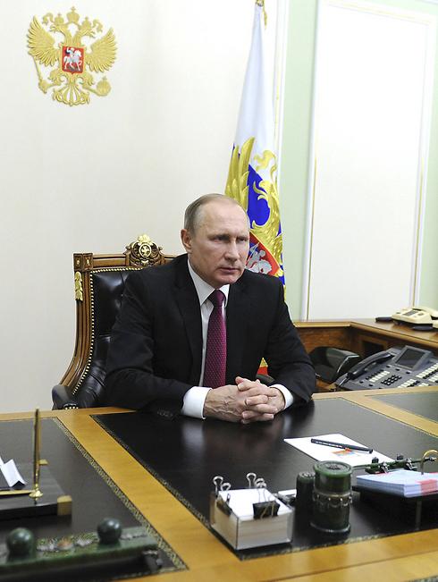 יום עמוס לנשיא הרוסי - בטלפון. פוטין בלשכתו במוסקבה (צילום: רויטרס) (צילום: רויטרס)
