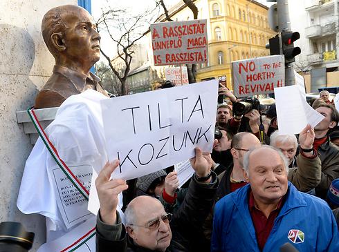 מפגינים ליד הפסל, היום (צילום: AP) (צילום: AP)