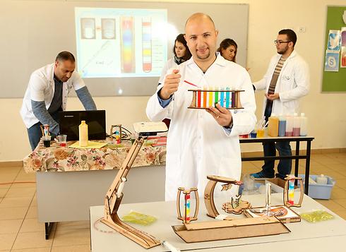 """ד""""ר מסעוד גנאיים והמעבדה  (צילום: אלעד גרשגורן)"""