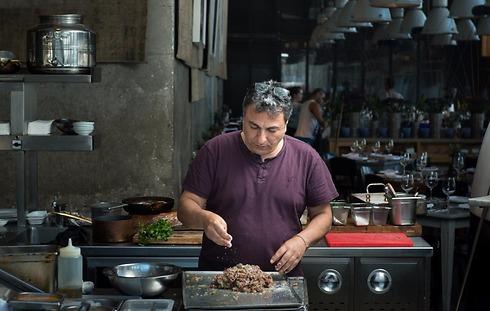 """חיים כהן במטבח של מסעדת """"יפו תל אביב"""" (צילום: ירון ברנר)"""