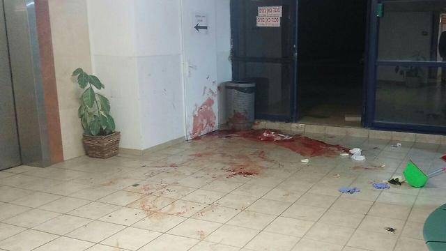 מקום התקיפה, בכניסה לקניון במעלה אדומים (צילום: מדברים בתקשורת)