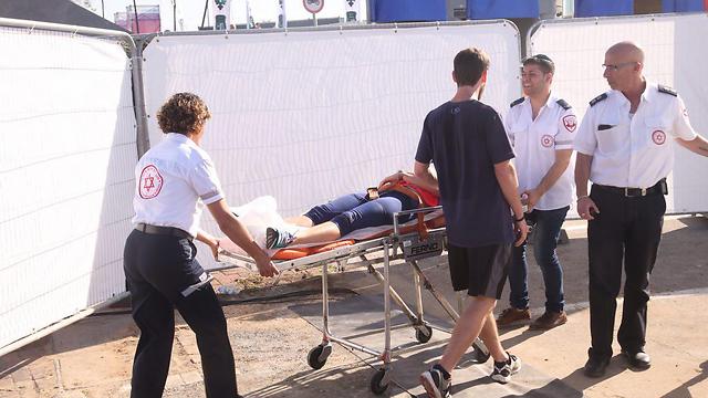 פינוי אחד הנפגעים במהלך המרתון (צילום: מוטי קמחי) (צילום: מוטי קמחי)