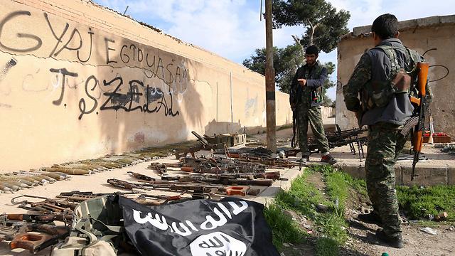 כוחות אסד עם מצבור נשק של דאעש (צילום: רויטרס) (צילום: רויטרס)