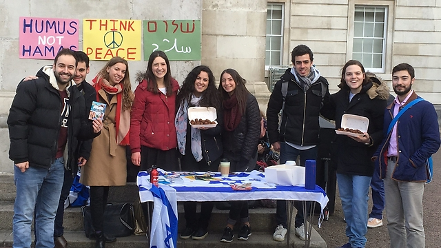 Jewish students at Unilege London's pro-Israel stand (Photo: Yaniv Halili)