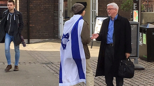 Pro-Israel activist debating with passers-by at United College London (Photo: Yaniv Halili)