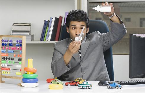 כשההורה הופך לילד בעצמו (צילום: Shutterstock) (צילום: Shutterstock)