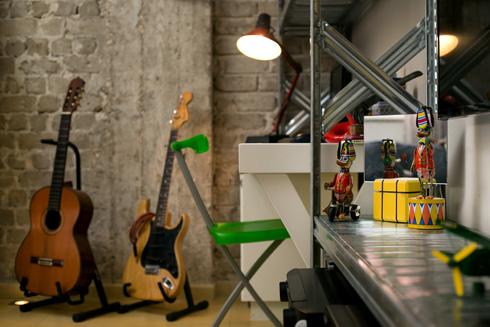 ולשתי הגיטרות שנמצא להן מקום לצדו (צילום: שירן כרמל)