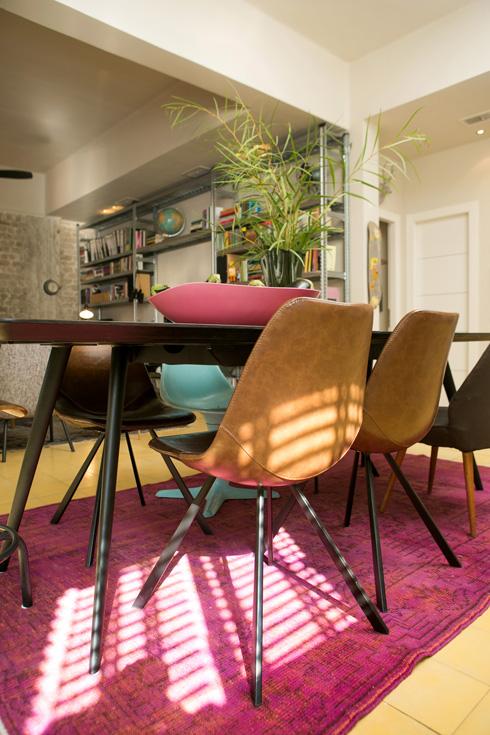 שולחן גדול וכיסאות עור על שטיח ורוד (צילום: שירן כרמל)