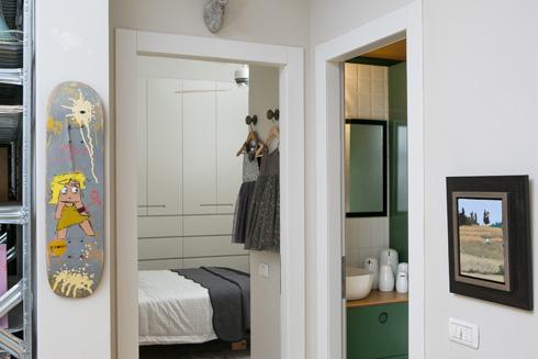 שירותי האורחים נמצאים בין שני חדרי השינה (צילום: שירן כרמל)