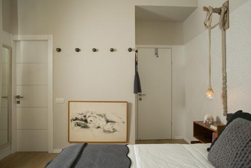חדר האמהות. הטפט החדש מכסה שני שלישים מגובה הקיר, ושורת המתלים היא בעיקר דקורטיבית. משמאל דלת חדר הרחצה (צילום: שירן כרמל)