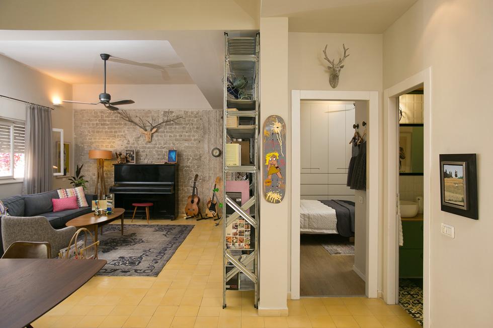 הדלת הימנית מובילה לשירותי האורחים, וזו שלידה היא הדלת של חדר האמהות. על העמוד במרכז נתלה סקייטבורד שעיצב עדי סנד (צילום: שירן כרמל)