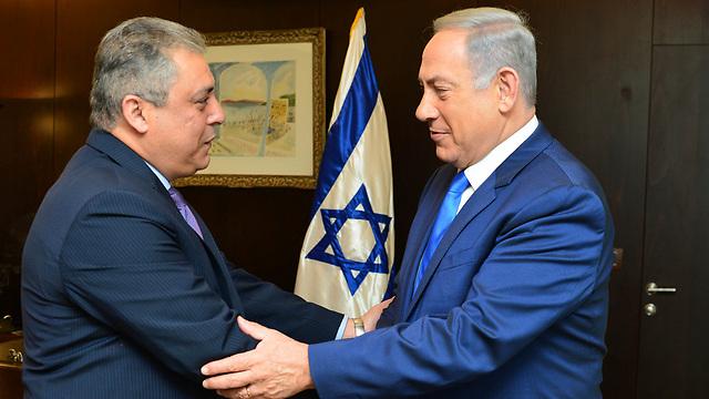"""ומנגד: קבלת פנים חמה לשגריר מצרים בישראל  (צילום: קובי גדעון, לע""""מ) (צילום: קובי גדעון, לע"""