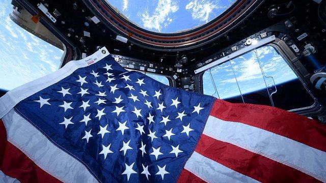 """דגל ארצות-הברית בתחנת החלל (צילום: סקוט קלי, נאס""""א) (צילום: סקוט קלי, נאס"""