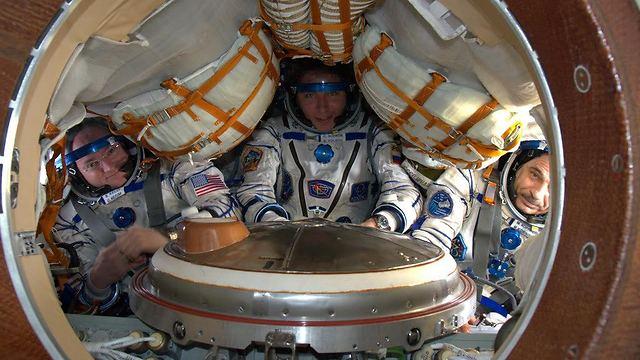 """בדיקות אחרונות לפני החזרה לכדור הארץ. קלי ושני הקוסמונאוטים הרוסים (צילום: סקוט קלי, נאס""""א) (צילום: סקוט קלי, נאס"""
