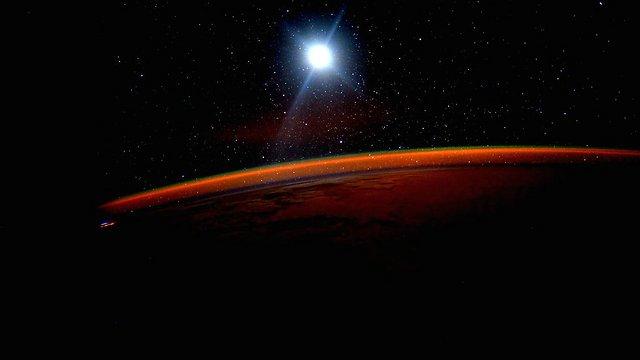 """מתוך ציוץ של קלי אתמול. """"מתקרב לכדור הארץ, מקווה שגם למאדים"""" (צילום: סקוט קלי, נאס""""א) (צילום: סקוט קלי, נאס"""