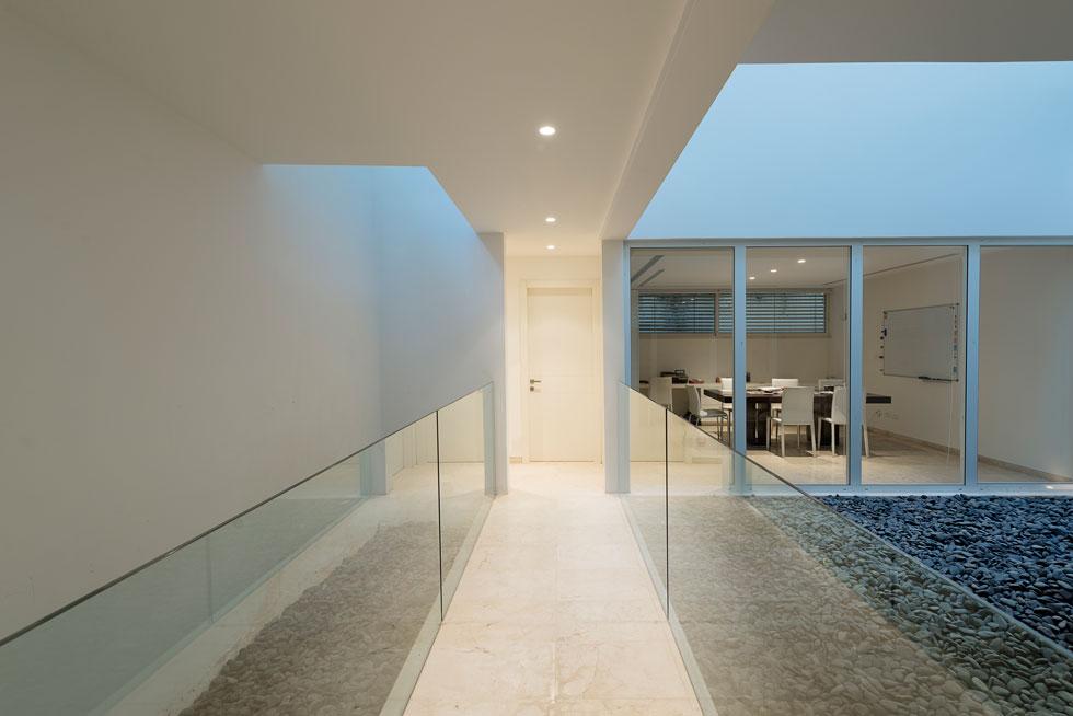 בקומת המרתף שני חדרי עבודה, אחד לכל אחד מבני הזוג. שני החדרים נהנים מהאור הטבעי שחודר מלמעלה (צילום: גדעון לוין)