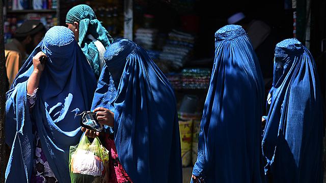 """יותר מרבע מהתלמידים בביה""""ס - ילדות. נשים בכיסוי מלא באפגניסטן (צילום: AFP) (צילום: AFP)"""