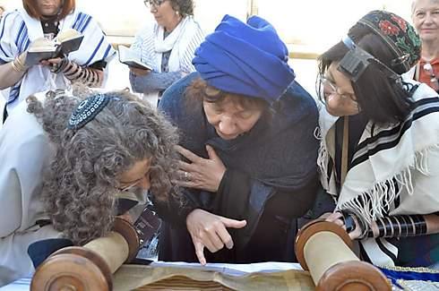 פרופ' מגנוס (מימין) עם חברות בתפילה השבוע - בכותל המערבי ()