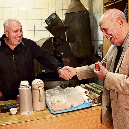 מסע בוואדי עם מיכאל: בבית הקפה של מוסטפה (מימין) ובשוק עם ויקי והקישואים   אלעד גרשגורן