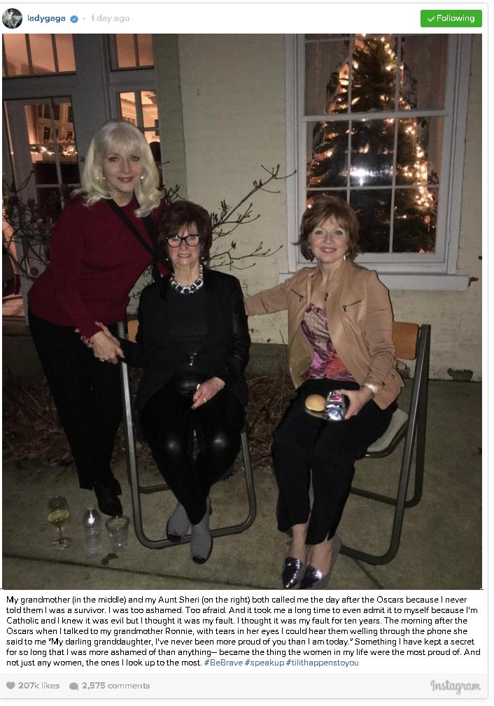 גאגא מצייצת עם הסבתא והדודה ()