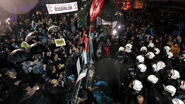 Authorities taking control of the Zaman building. (Photo: AP)