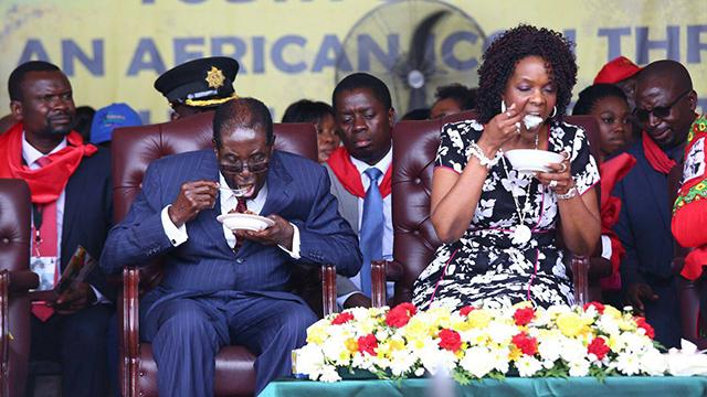 """זימבבווה ורעייתו גרייס. היורשת? """"פהאין יורשים"""" (צילום: EPA) (צילום: EPA)"""