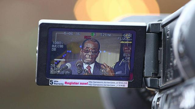 מוגאבה מדבר למצלמה. יש שאלות שלא שואלים (צילום: EPA) (צילום: EPA)